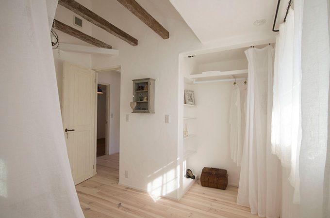 青柳啓子さんの家には真っ平らな壁がない理由。